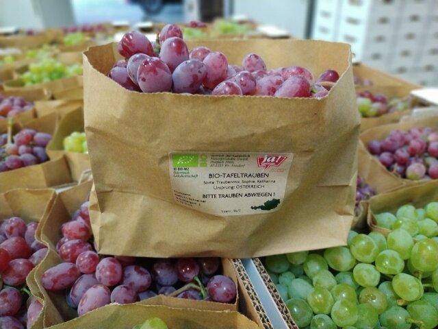 Ein Papiersackerl mit Trauben und einem Billa JA! Etikett.