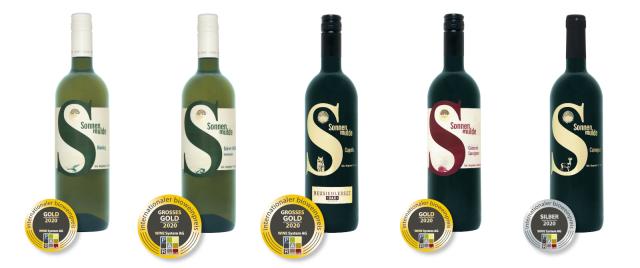 Flaschenfotos der prämierten Wine mit Medaillen